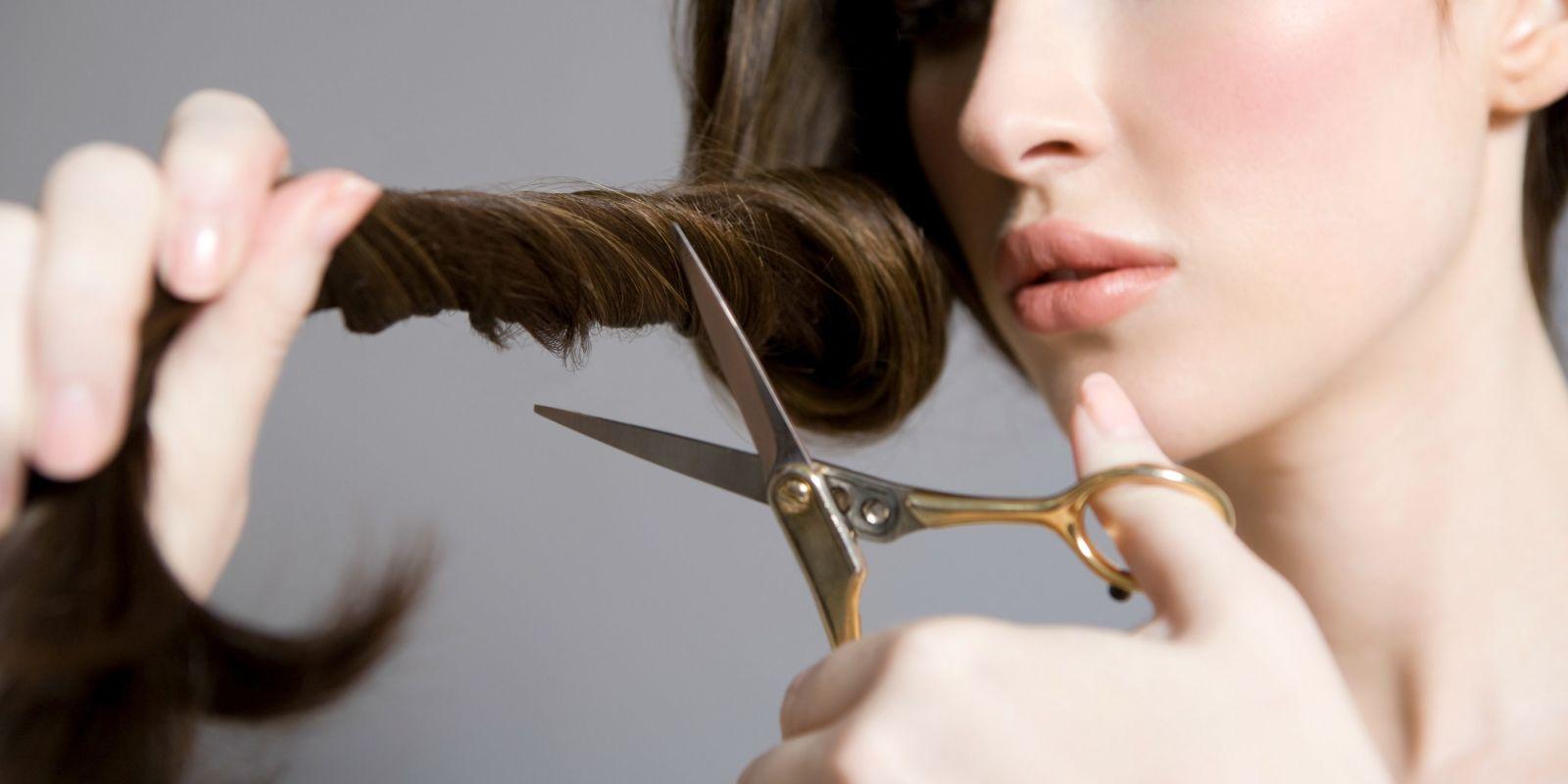 Стрижка волос – выпадение волос, волосы более короткие, чем на самом деле, лысина (если на самом деле ее нет)– к болезни, убытку, неприятностям (напротив, длинные густые волосы снятся к прибыли).